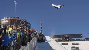 Iouri Podladtchikov bei einem Sprung.