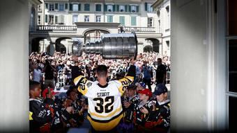Alle Augen (und Smartphones) sind auf ihn gerichtet: Mark Streit präsentiert im Erlacherhof den Stanley Cup.Keystone