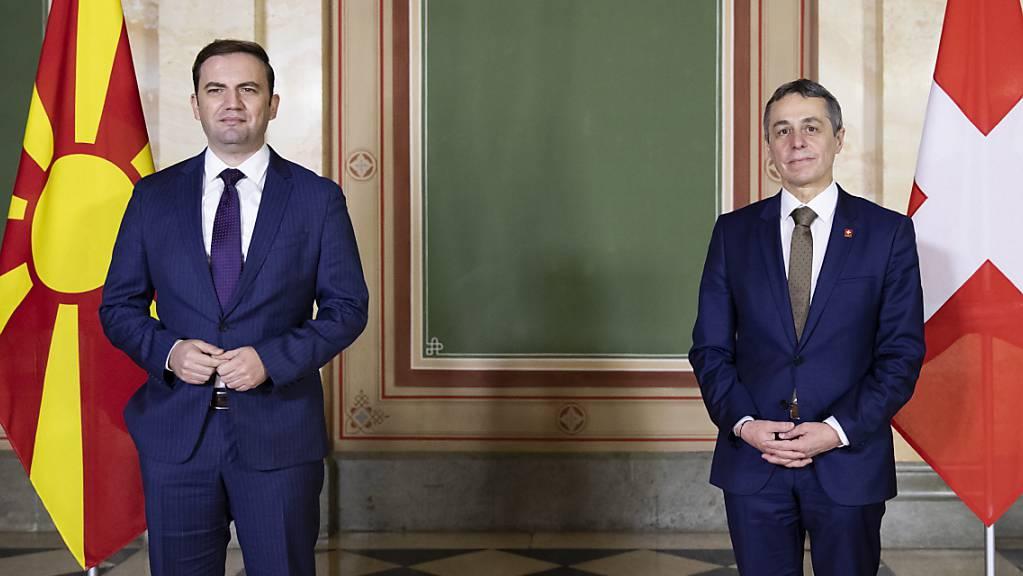 Aussenminister Cassis hat seinen nordmazedonischen Amtskollegen Osmani zu einem Höflichkeitsbesuch in Bern empfangen. Die beiden Länder haben laut dem Aussendepartement EDA gute bilaterale Beziehungen mit einem Schwerpunkt in der internationalen Zusammenarbeit.