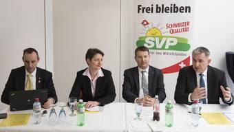 Sinnbildlich: Der bisherige SVP-Bildungsdirektor Alex Hürzeler (ganz rechts) spricht, die neue Regierungsratskandidatin Franziska Roth schweigt.