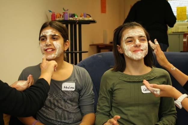 Die Mädchen lassen sich mit einer Quark-Honig-Maske verwöhnen