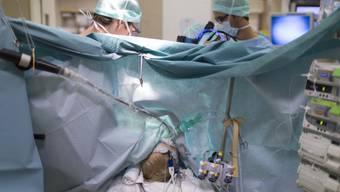 Ärzte operieren einen Patienten.