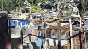 Zerstörung: In solchen provisorischen Unterkünften übernachten momentan die Kinder aus den Freundes-Dienst-Schulen. (ho)