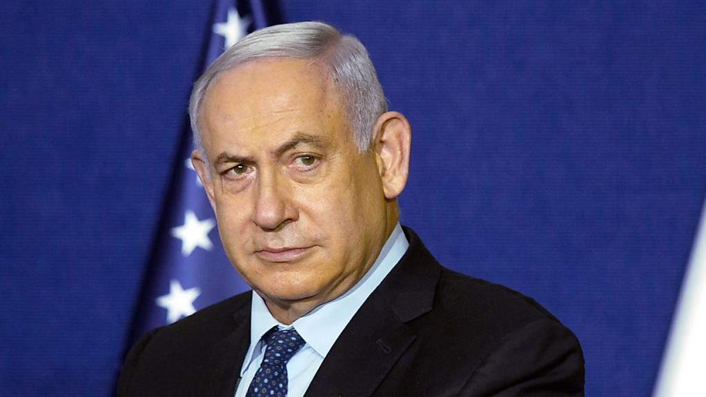 Anhänger des scheidenden rechtskonservativen Ministerpräsidenten Benjamin Netanjahu üben nach Medienberichten massiven Druck aus, um die geplante Regierung von acht Parteien aus allen politischen Lagern zu verhindern.