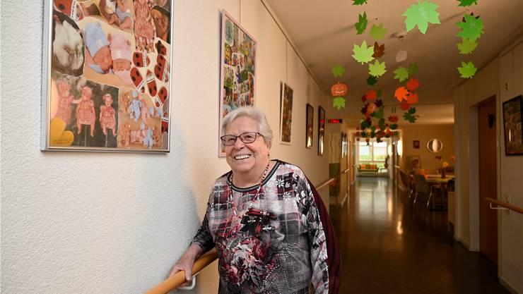 Trudi Lüdi vor ihrer ersten Collage, die sie gefertigt hat.
