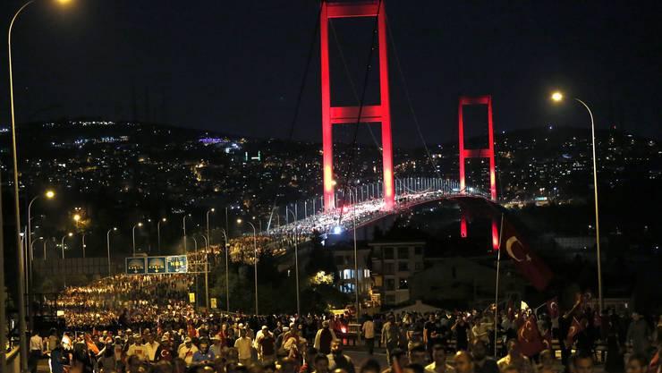 Tausende Türken ziehen am Donnerstagabend über eine Bosporusbrücke in Istanbul. (1)