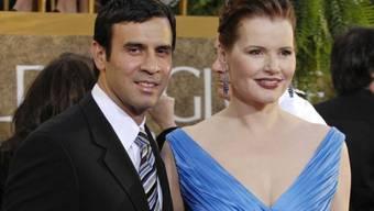 Bei der Schauspielerin Geena Davis (r) und dem Chirurgen Dr. Reza Jarrahy (l) ist das Feuer erloschen, die beiden lassen sich nach 17 Jahren Ehe scheiden. Für Davis ist es bereits die vierte Scheidung. (Archivbild)