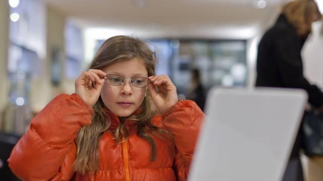 Mädchen probiert Brille in einem Geschäft in Baden (Archiv)