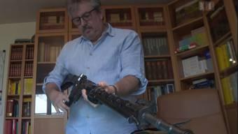 Beat Flach hantiert für das Fernsehen mit seinem Sturmgewehr. Eigentlich ist er Pistolenschütze.