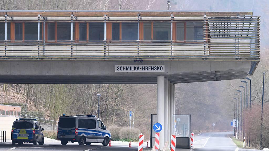 Polizeiautos stehen im Rahmen von Grenzkontrollen an der deutsch-tschechischen Grenze. Foto: Sebastian Kahnert/dpa-Zentralbild/dpa