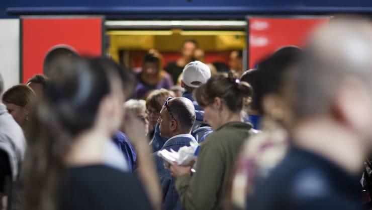 In den Zürcher S-Bahnen ist es eng. (Archiv)