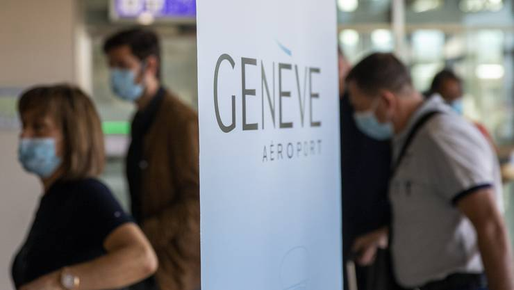 Passagiere bei der Ankunft am Flughafen Genf.