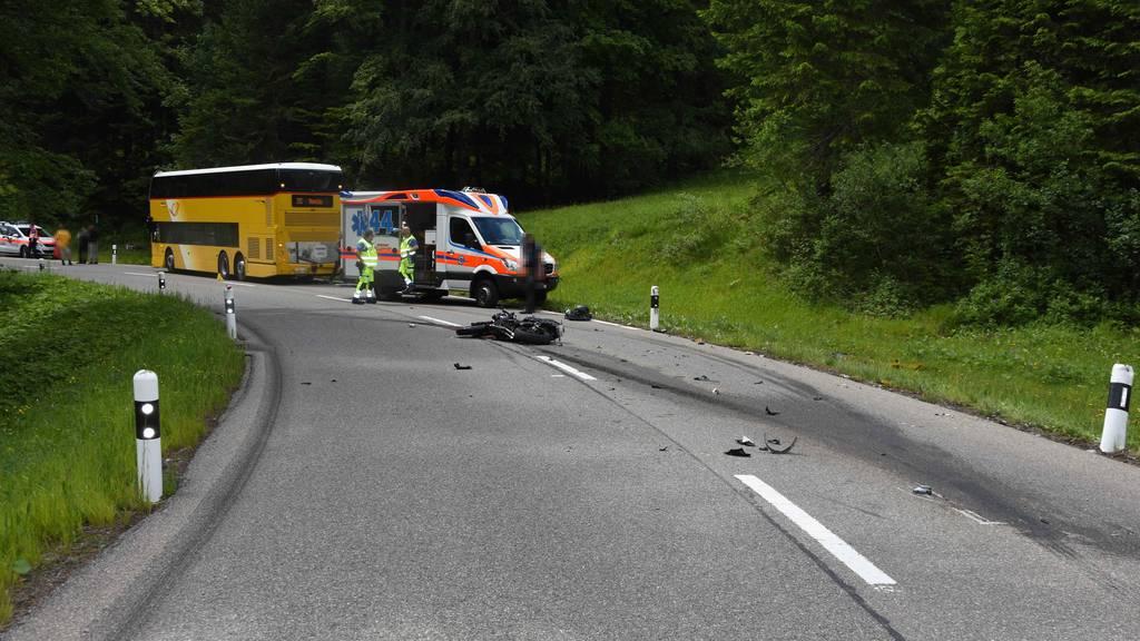 Grosses Glück bei Crash zwischen Töff und Postauto