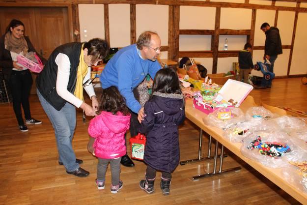 Die freiwilligen Helfer erklären den Kindern, was sie alles mitnehmen dürfen
