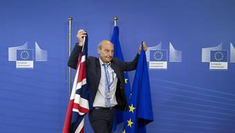 Die Brexit-Verhandlungen beginnen am Montag in Brüssel. Gemäss Protokoll werden die entsprechenden Fahnen für die Ankunft von EU-Chefunterhändler Michel Barnier und dem Brexit-Minister David Davis aufgehängt.