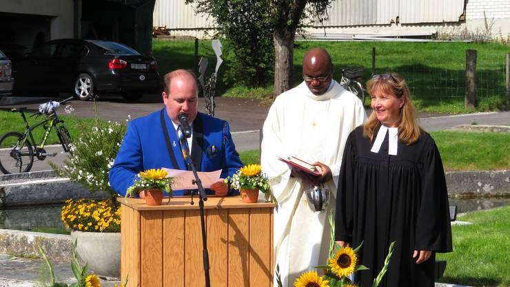 Gemeindepräsident Stefan Berger, der katholische Pfarrer Valentine Koledoye und die reformierte Pfarrerin Monika Garruchet.