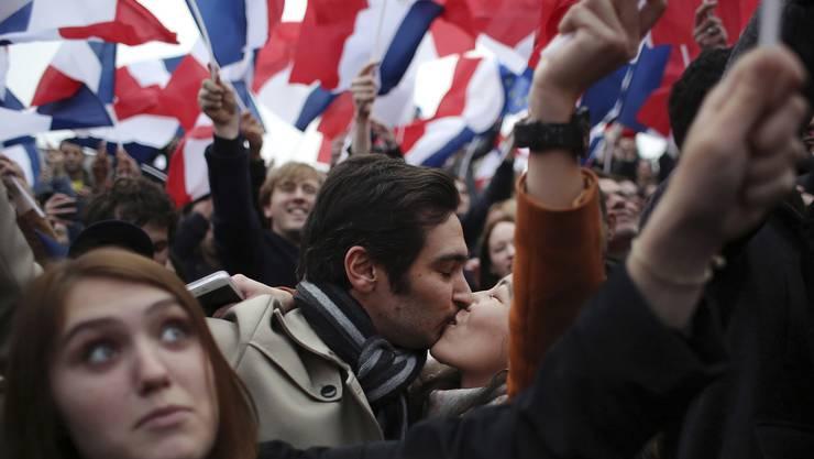 Erleichterung nach Macrons Wahlsieg: Ein Pärchen ausserhalb des Pariser Louvres nach der Veröffentlichung der Wahlergebnisse.