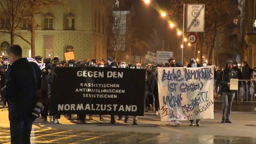 «JA» zum Verhüllungsverbot: Linke riefen am Sonntagabend zu einer Spontan-Demo auf