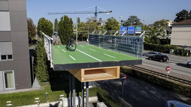 «Wie eine Carrera-Bahn»: Die Velobahn bei Pratteln wird aus vorgefertigten Holzmodulen zusammengesteckt.