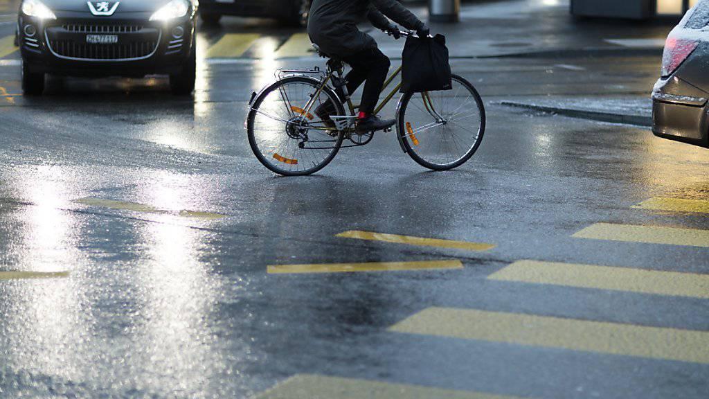 Dem Regen zum Trotz sind im Mai und Juni Pendler im Rahmen der Aktion «bike to work» gemeinsam über 10 Millionen Kilometer mit dem Velo gefahren. (Symbolbild)