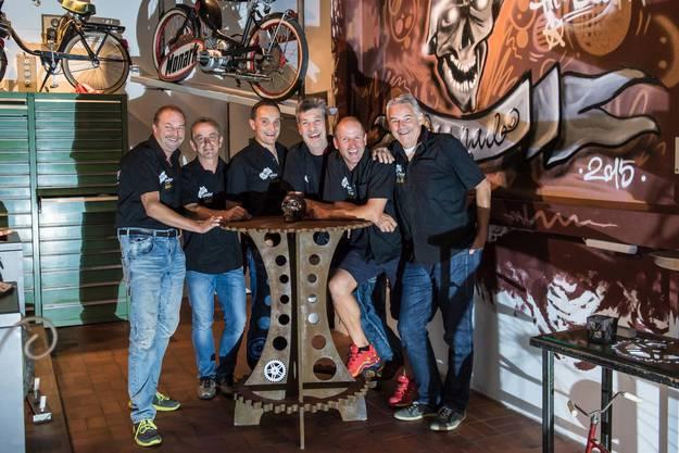 """Die sieben Schrottbuebe (von links): Markus """"Mäk"""" Humbel, Ruedi """"Rüedel"""" Frei, Claudio """"Clodi"""" Depentor, Kurt """"Küde"""" Stammbach, Ralf """"Beton"""" Hartmann und Paul """"Päuli"""" Brack"""