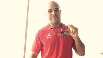 Patrik Moser posiert nach erfolgreichem Wettkampftag mit Silber -100 Kg.