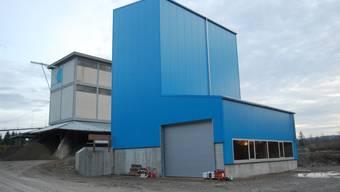 Lenzburger Wappenfarben: Im öden Grau der Grube bildet das frische Blau des Neubaus eine wahre Augenweide. (Bild: Heiner Halder)