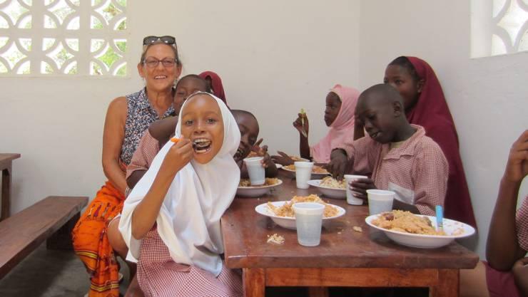Rita Gigliotti geniesst die fröhliche Stimmung beim Mittagessen mit den Schülerinnen und Schülern.