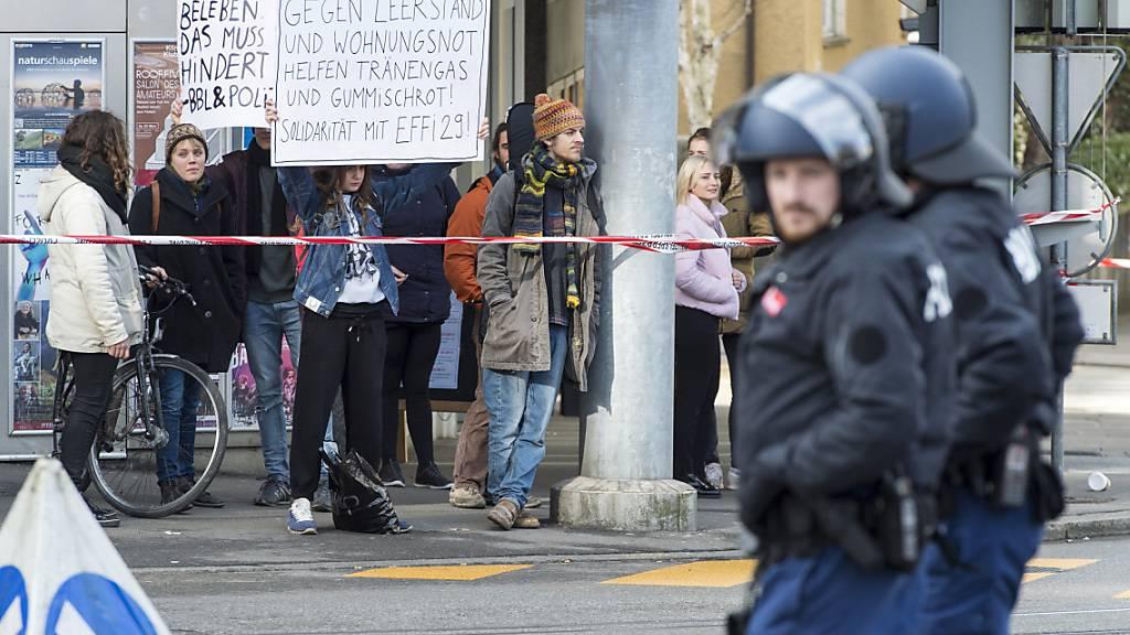 Bei der Räumung einer besetzten Liegenschaft ist es 2017 in Bern zu gewalttätigen Randalen gekommen. 16 Besetzerinnen und Besetzer standen nun drei Wochen vor Gericht. (Archivbild)