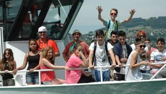 Reusstaler Schülerinnen und Schüler auf einem Schiff, dem Unterrichtssymbol des letzten Schuljahres.