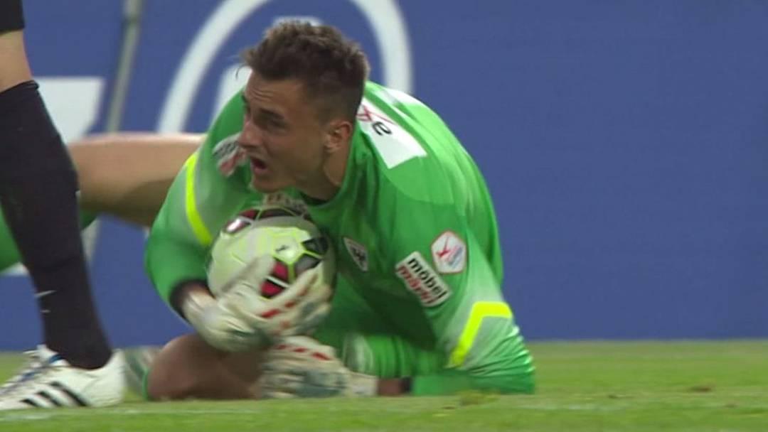 FCA-Torhüter Joel Mall verletzt sich bei dieser Szene im Spiel gegen den FC Basel