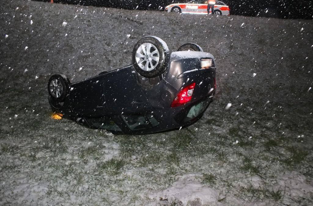Auto überschlägt sich in Niederglatt (© Kantonspolizei St.Gallen)