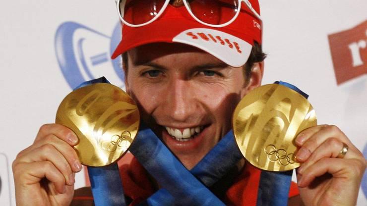 Simon Ammann mit den beiden Goldmedaillen von den Olympischen Spielen in Vancouver 2010.