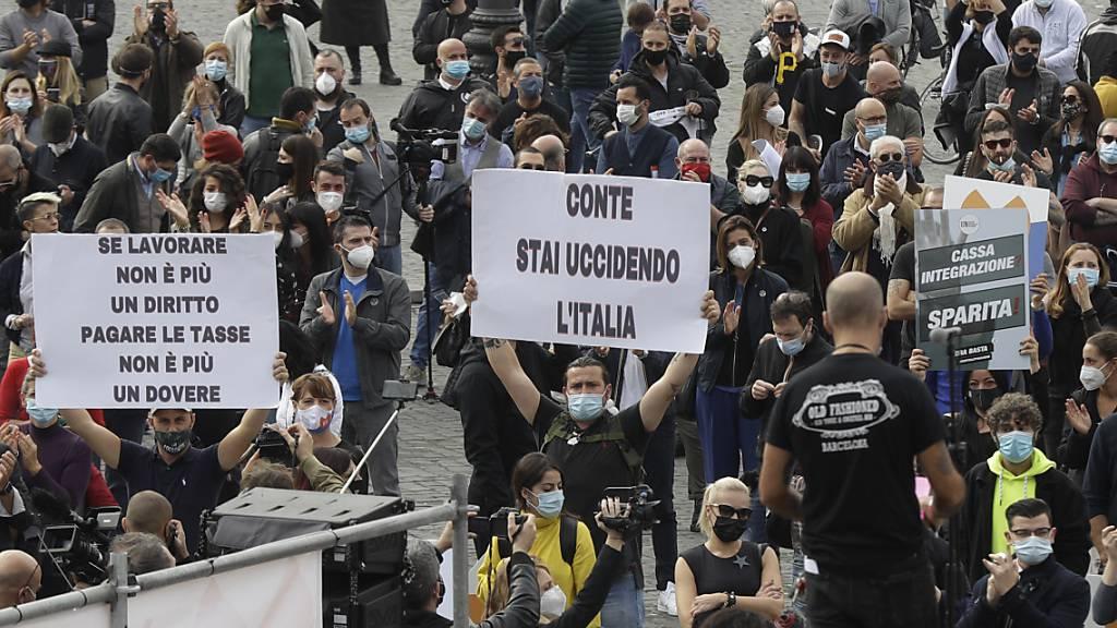 Restaurant- und Kneipenbesitzer protestieren gegen die restriktiven Corona-Maßnahmen. Es wird erwartet, dass Italiens Ministerpräsident Conte im Laufe des Tages weitere Maßnahmen ankündigen wird. Foto: Gregorio Borgia/AP/dpa