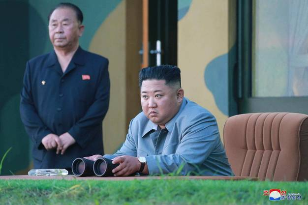Der oberste Führer Kim Jong-un beobachtet einen Raketentest im Juli 2019.