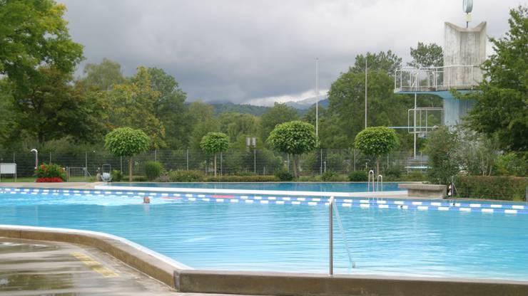 Ein Schwimmer im Freibad im Aarauer Schachen hat allen Platz der Welt. (Archiv)