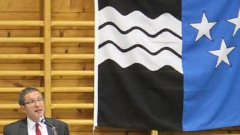 Regierungsrat Urs Hofmann referiert in der Turnhalle Elfingen. CM