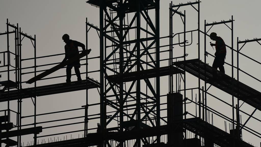 Auf Baustelle werden sieben Gerüstbauer festgenommen