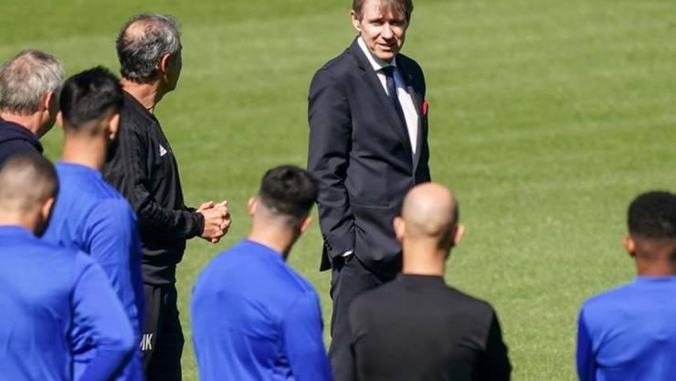 Bernhard Burgener begrüsst die Mannschaft vor dem Training im Stadion.