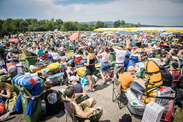 Die Besucher des Openair Frauenfeld waren schon immer kreativ, was den Transport ihres Gepäcks betrifft, aber die grünen Tonnen waren dieses Jahr besonders beliebt.
