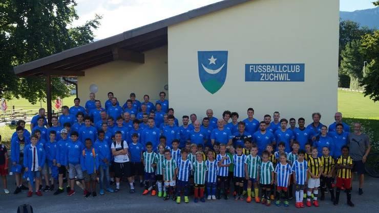 Der FC Zuchu bedankt sich ganz herzlich bei der Supportervereinigung, des Fanclub Widi, der LGJ Bau GmbH, des Aareshop sowie unseres Ausrüstersponsors, Sports Outlet Factory Zuchwil. Ganz rechts deren Inhaber und Geschäftsführer Markus Hurni.