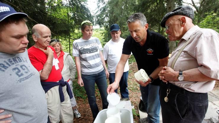 Käser Fred Fischer zeigt den Rodania-Leuten, wie man ein feines «Frisch-Mutschli» herstellt.  Hanspeter Bärtschi