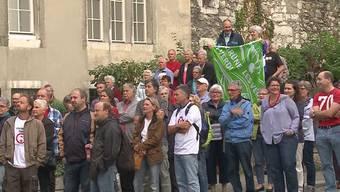 Selbst das OK ist beeindruckt: Hunderte gehen gegen die geplante Erweiterung des Flugfeldes auf die Strasse.