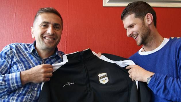 Ranko Jakovljevic (links) und Goran Ivelj mit einem Trainingsanzug mit Firmenlogo.
