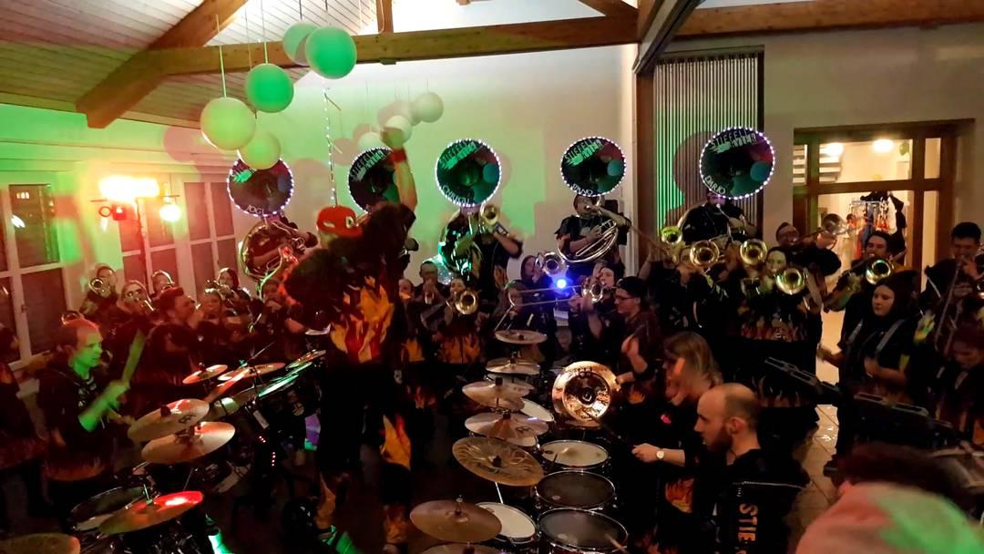 Die Guggenmusiken Näbelgeischter Jonen und Stiefliryter Muri spielen für die Sumpfer-Stilzli Kelleramt