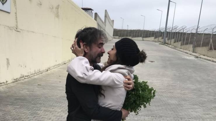 Das Bild von ihm und Ehefrau Dilek Mayatürk nach seiner Entlassung ging um die Welt.