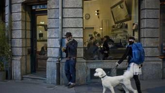 """Die Bar """"Parterre"""" in der Berner Länggasse. Früher hingen vor Kneipen noch Schilder mit Hunden drauf und dem Satz """"Ich bleibe draussen"""". Seit dem 1. Mai 2010 gilt das auch fürs Herrchen, sofern es raucht. (Archivbild)"""