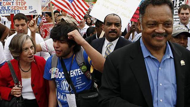 Bürgerrechtler Jesse Jackson demonstriert gegen das Einwanderungsgesetz in Chicago