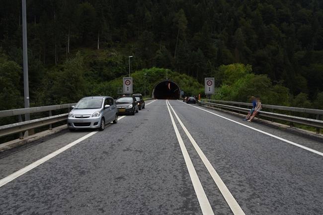 Unfall 2 vor dem Südportal des Plazzas-Tunnel auf der anderen Seite der Rheinbrücke (© Kapo Graubünden)