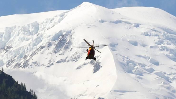Rettungshelikopter im Einsatz nach einem Lawinenniedergang in den französischen Alpen. (Archivbild)